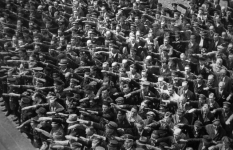 640px-August-Landmesser-Almanya-1936-circle-removed.png